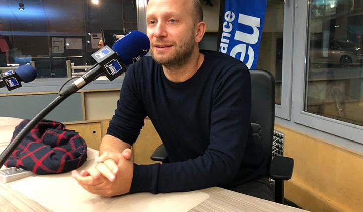 patrick cassir réalisateur - De l'IIM aux plateaux de cinéma : Patrick Cassir, promo 2000, sort son premier long-métrage, Premières Vacances